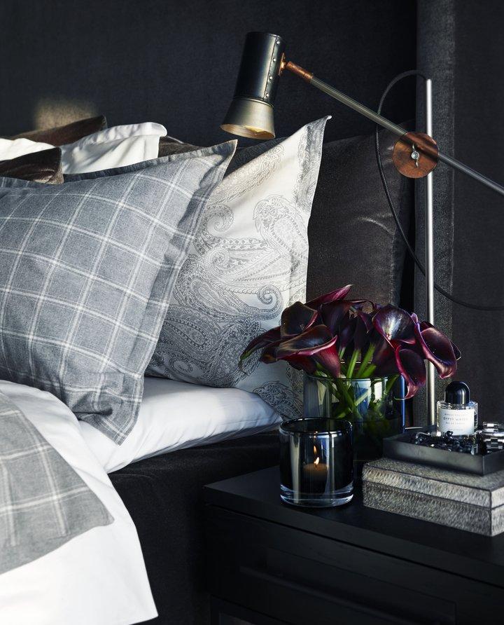 Kusk bordlampe i råjern og sort skinn. Finnes også som vegglampe og stålampe.