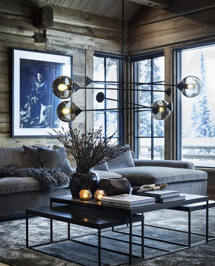 Blank velur og eksklusive detaljer gir en spennende kontrast til de røffe materialene en tradisjonelt finner på en hytte. Med romslige møbler er det plass til å nyte hyttas komfort for både deg og gjestene dine.