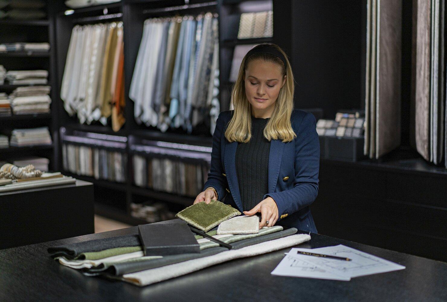 Det er mange detaljer som må stemme for å skape en møblering som fungerer år etter år. Hos Slettvoll får du hjelp til å planlegge innredningen av både hytte og hjem av erfarne interiørdesignere.