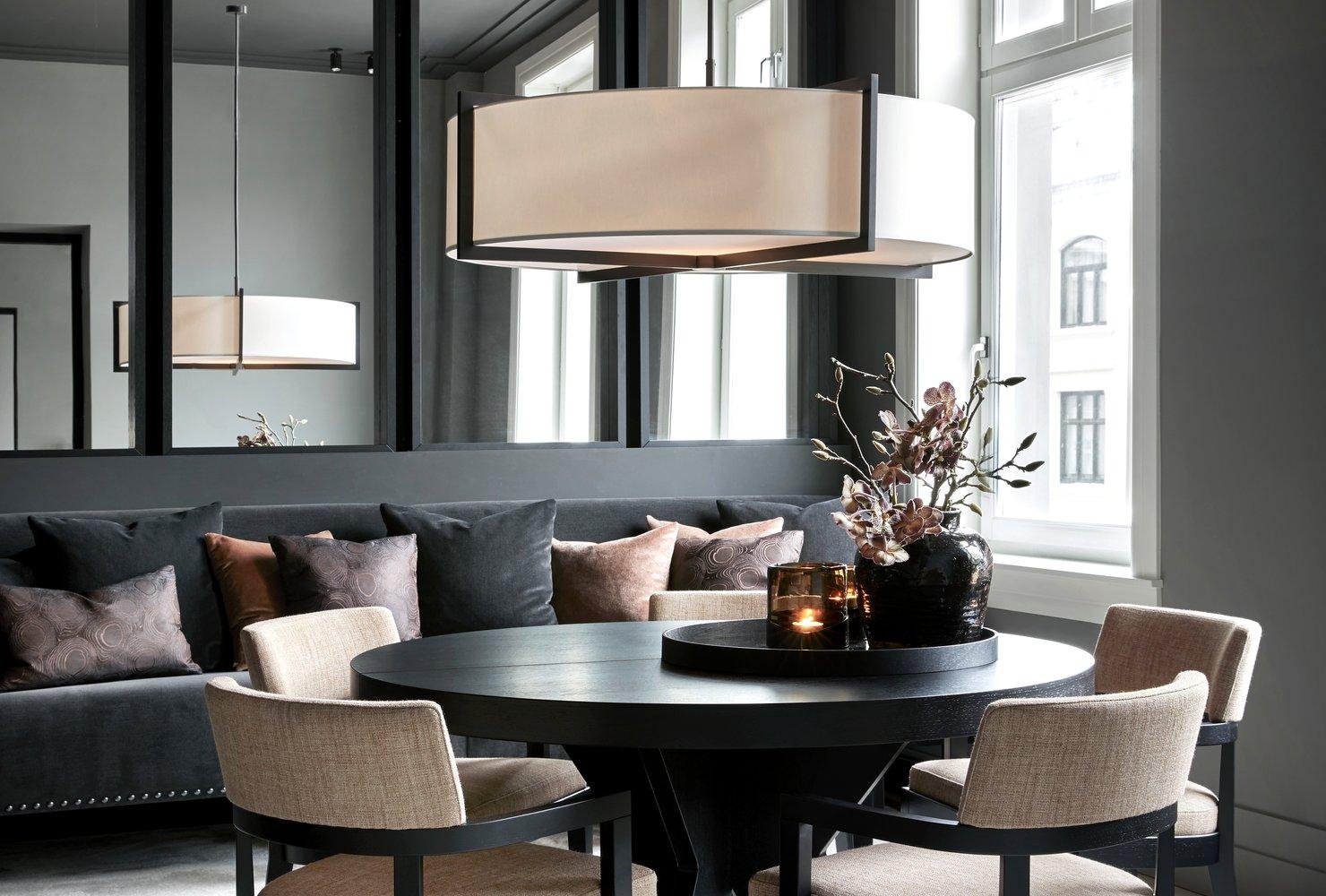 Sana taklampe er en ekstra raus taklampe i børstet bronse.