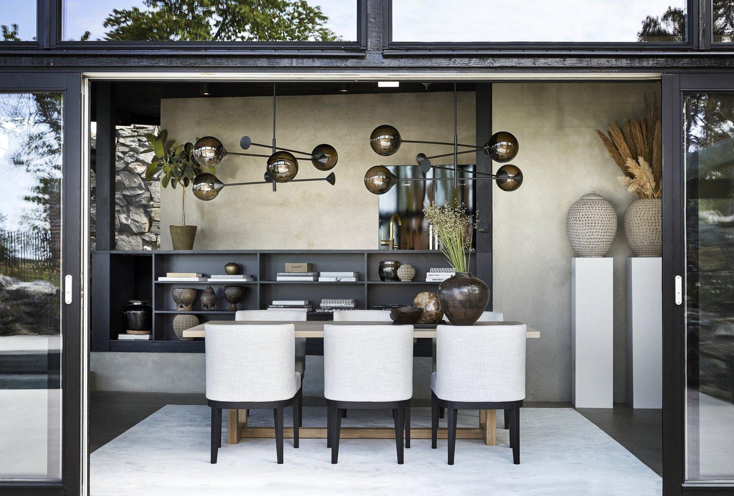 Lampen Kendama er laget for hånd i Italia, med glasskuppel av autentisk muranoglass. Kendama finnes i flere varianter, både som gulv-, bord- og taklampe i ulike størrelser.