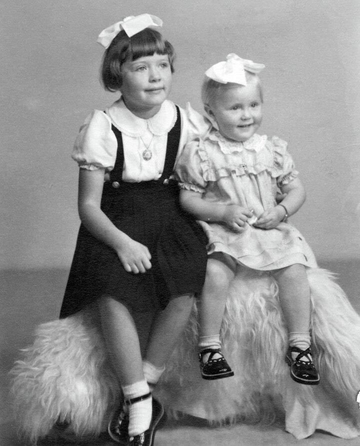 Søstrene Anne Lise og Torill vokste opp med møbelproduksjon i barndomshjemmet.