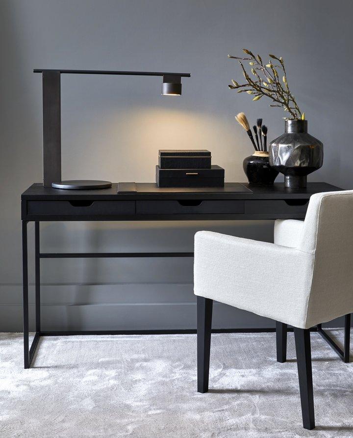 Lampen On Off har et moderne uttrykk med sine stramme linjer. Lampen er laget i Italia av mørk bronse, og passer like godt i hjemmet som på hytta.