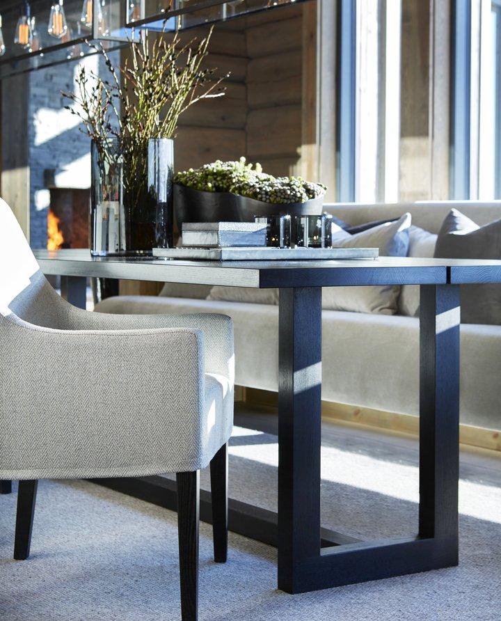 Venter du mange hyttegjester? Med spisebordet Alexander får du en fleksibel spisestue som kan romme både store og små anledninger. Bordet leveres i leveres i svært mange størrelser, og har også mulighet for to ekstra tilleggsplater.