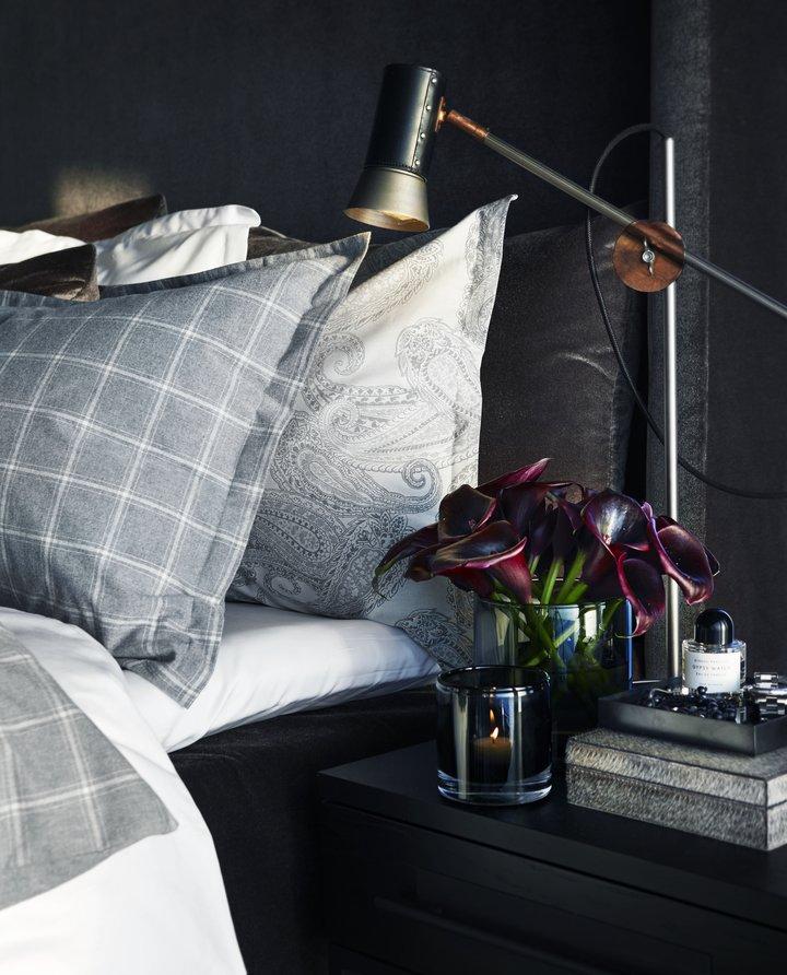 Slettvolls soveromskolleksjon har alt du trenger for å innrede soverommet du drømmer om, også på hytta; madrasser, gavler, sengekapper, luksuriøst sengetøy, dyner, puter, tepper, lamper, nattbord og kommoder.