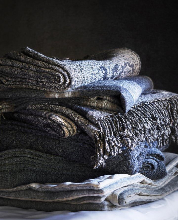 Et mykt og varmende ullpledd passer godt inn i enhvert hyttemiljø.